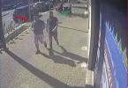 1 Immagine dei due indagati che si avvicinano alla cabina per effettuare telefonata estorsiva