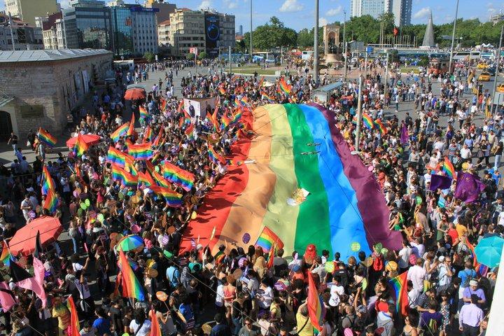 Gay_pride_Istanbul_at_Taksim_Square