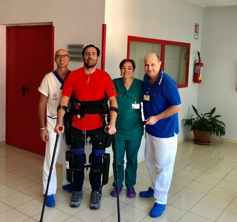 Giovanni con il direttore sanitario Serena Filoni e i fisioterapisti