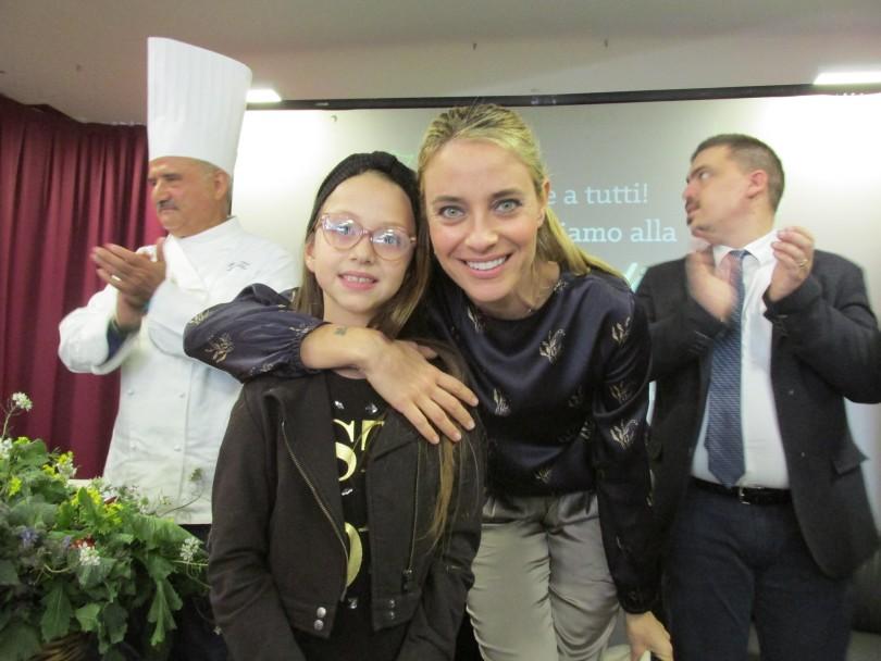 L'europarlamentare Barbara Matera con la piccola Mariangela Fortunato, vincitrice del viaggio a Bruxelles