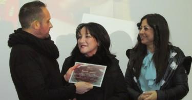 Santino Caravella consegna una targa ad una rappresentanza del team di professionisti