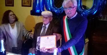 il Consigliere Antonio Carafa con il centenario Vincenzo Gallo