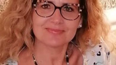 """Photo of La senatrice Gisella Naturale presenta  la mappa della """"Strada dell'olio di peranzana""""."""