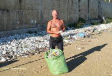 """Photo of San Menaio: Michele Checola ha lanciato la crociata per pulire la spiaggia dalle """"reste"""", dalle retine dei mitili allevati negli impianti."""