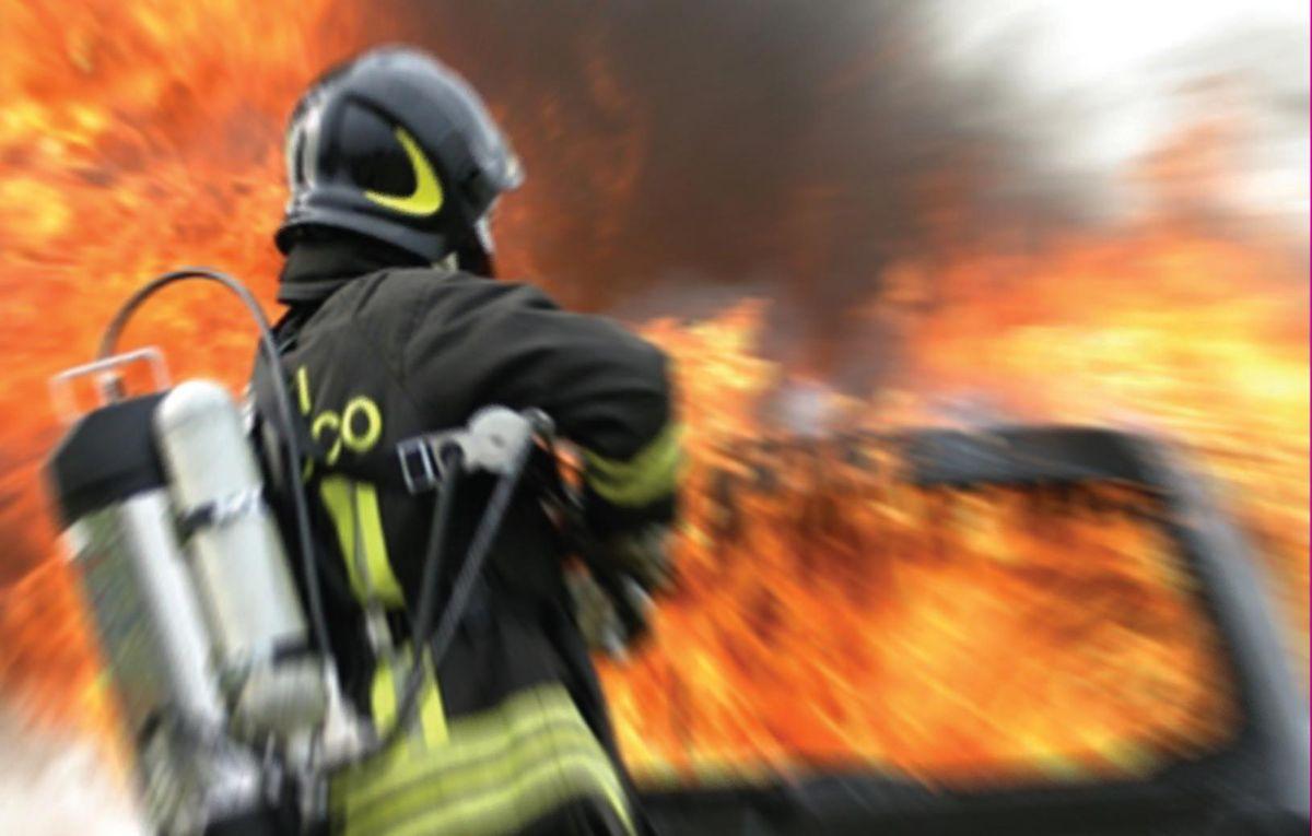 Photo of Fumo e fiamme sulla Torremaggiore – San Severo, a fuoco deposito autodemolizione